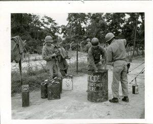Fûts d'acaricides utilisés par l'armée