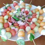 Brochettes au jambon, mozzarella et fruits d'été